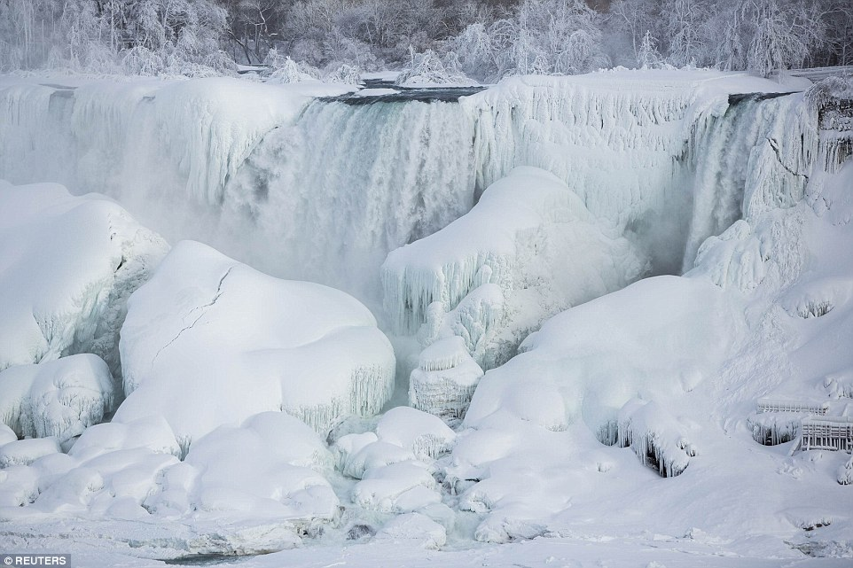 The temperatures around the Niagara Falls went under 22 degree Celsius.